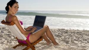 woman-beach-laptop-work-ubicuidad-job-playa-vacaciones-trabajo