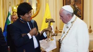 evo-morales-papa-francisco-crucifijo
