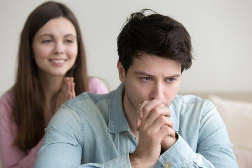 hombre-pensando-en-complacer-a-su-pareja-500x334