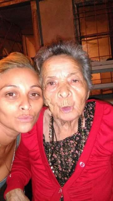 junto a su abuela que ya falleció